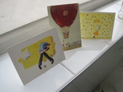 Anichtkaarten etaleren met staafmagneten